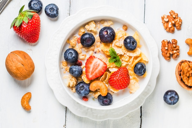 Fiocchi croccanti con mirtilli e vari yogurt per una buona colazione