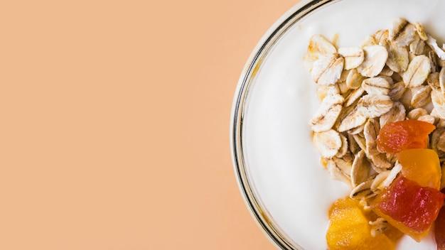Fiocchi di avena con fette di frutta sullo yogurt cremoso