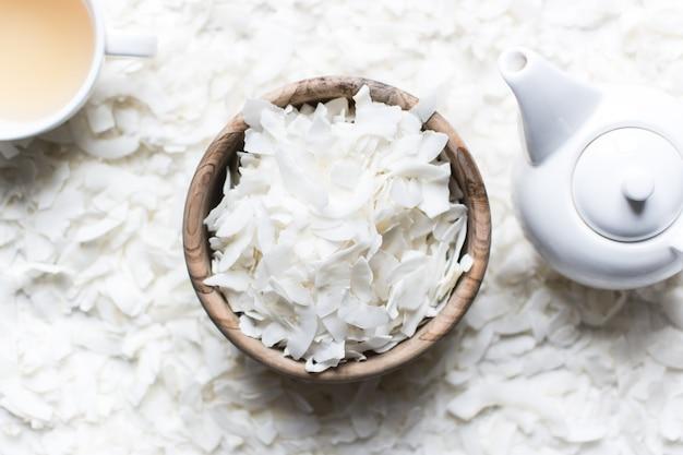 Fiocchi di cocco con tè e teiera