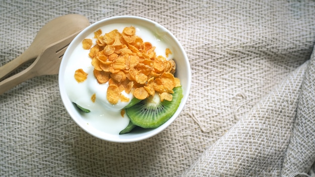 Fiocchi di mais, cereali yogurt biologico naturale fatto in casa naturale
