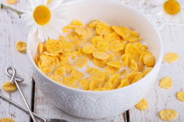 Fiocchi di mais con latte. sana colazione estiva.