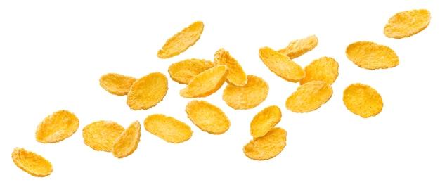 Fiocchi di mais di caduta, cereale da prima colazione tradizionale isolato su fondo bianco