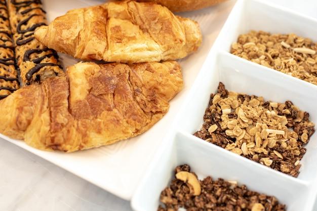 Fiocchi di mais e pane con utensili da cucina per l'evento del giorno di natale
