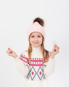 Fiocchi di neve biondi graziosi della holding della ragazza