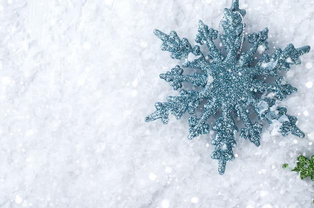 Fiocchi di neve colorati sulla neve