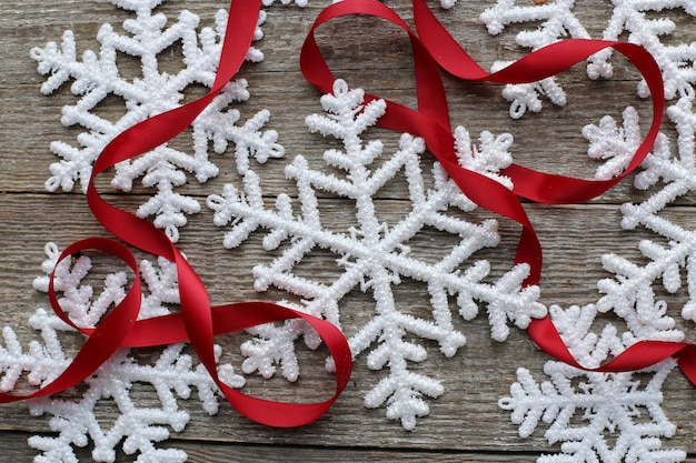 Fiocchi di neve e nastro rosso