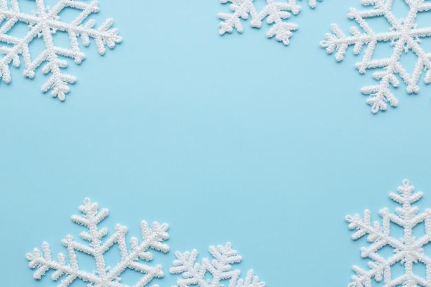 Fiocchi di neve sulla superficie blu