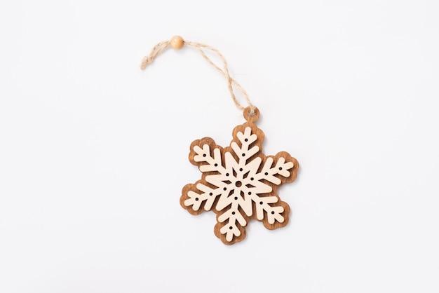 Fiocco di neve di decorazione di legno di inverno, natale, capodanno, stella. isolato su bianco