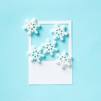 Fiocco di neve invernale su una cornice di carta