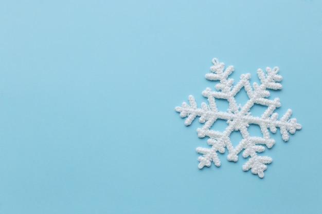 Fiocco di neve sulla superficie blu