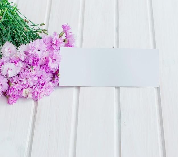 Fiordalisi del giardino del mazzo su un fondo di legno bianco
