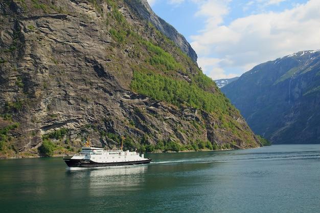 Fiordo di geiranger, traghetto, montagne, panorama della norvegia della bella natura