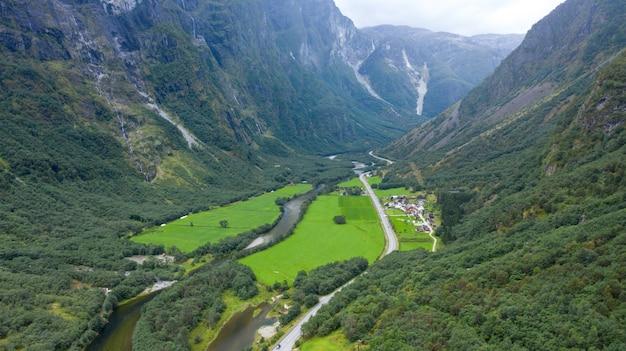 Fiordo e montagna della natura della scandinavia in parco nazionale in norvegia e svezia