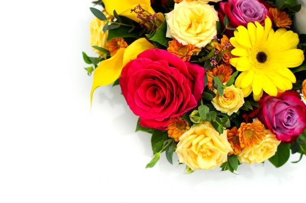 Fiore bellissimo biglietto di auguri. mazzo di fiori su sfondo bianco con posto di copia