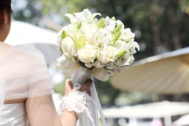 Fiore bianco sulla mano della sposa