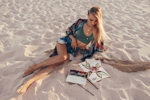 Fiore biondo dell'acquerello del disegno della donna dalla spazzola sulla spiaggia
