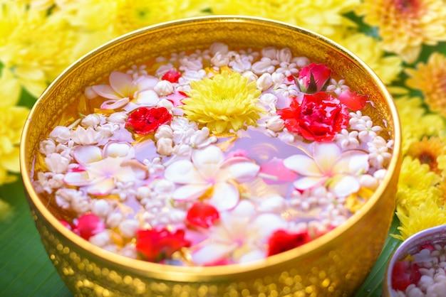 Fiore colorato in ciotole di acqua