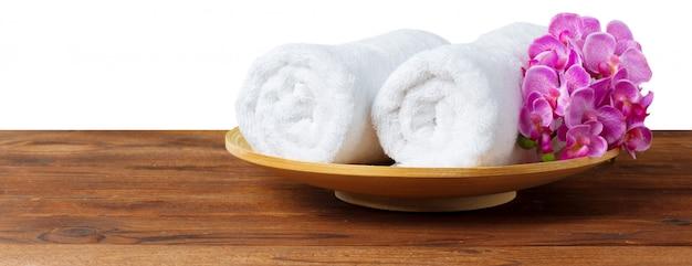 Fiore con pila di asciugamano bianco