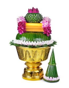 Fiore decorato sul vassoio con piedistallo isolato su bianco