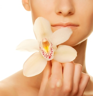 Fiore dell'orchidea della holding della ragazza