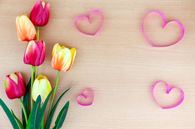 Fiore della primavera di multi tulipani di colore su fondo di legno