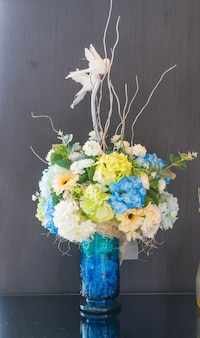 Fiore di bouquet in vaso decorazione sul tavolo