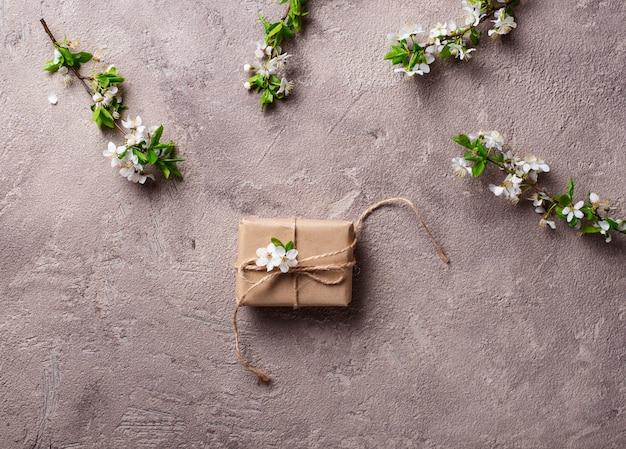 Fiore di ciliegio o di prugna e confezione regalo