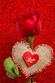 Fiore di rosa rossa e cuoricino. concetto di san valentino