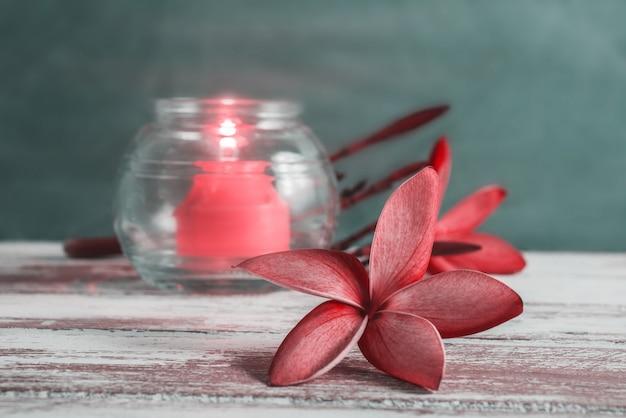Fiore e candela sul concetto di legno del fondo della stazione termale