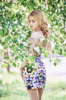 Fiore lilla della giovane donna bella moda all'aperto