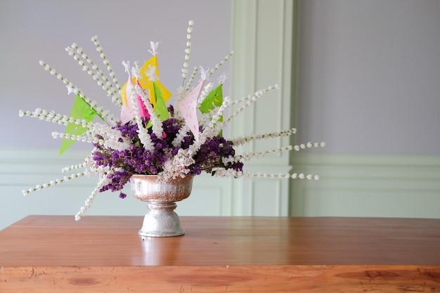 Fiore viola in vaso d'argento che decora nella sala da pranzo