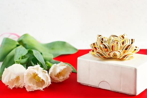 Fiori 8 marzo. festa della donna. complimenti. primavera. fiori di primavera. tulipani. regalo