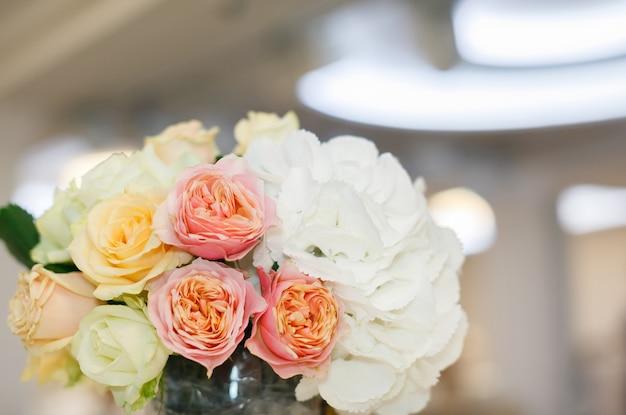 Fiori al matrimonio nel design della stanza