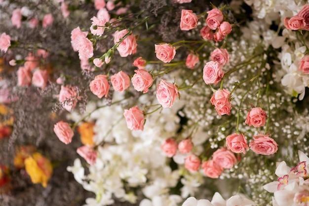 Fiori bianchi di cerimonia nuziale su una parete