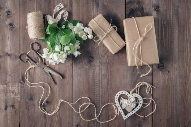 Fiori bianchi e forma di cuore sul tavolo di legno