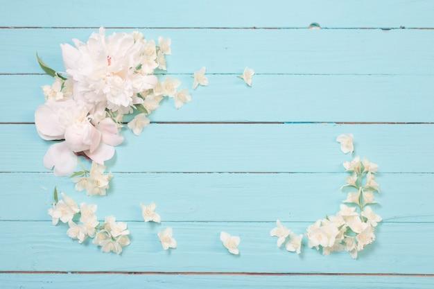 Fiori bianchi su fondo di legno bianco