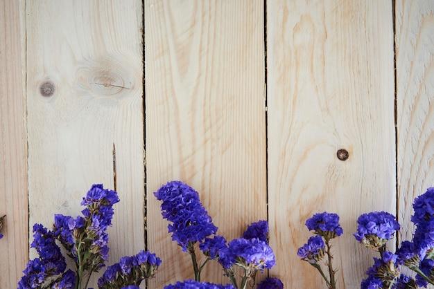 Fiori blu e sfondo di recinzione in legno