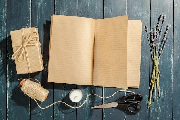 Fiori con notebook vintage vuoto per il vostro disegno