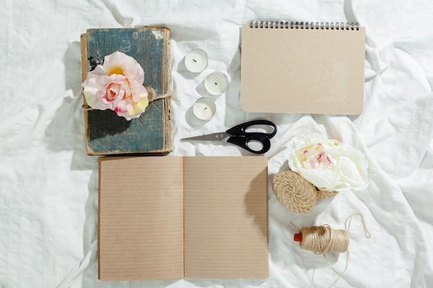 Fiori con taccuino vintage vuoto per il vostro disegno