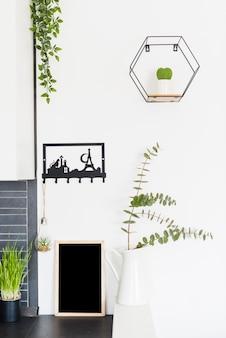Fiori decorativi con una lavagna