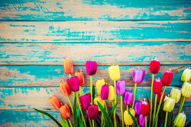 Fiori del fiore del tulipano su fondo di legno d'annata