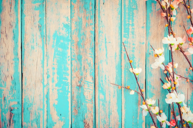 Fiori del fiore di ciliegia su fondo di legno d'annata, progettazione del confine. tono di colore vintage - concetto di fiore di primavera o estate sfondo