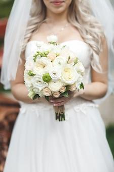 Fiori del mazzo di nozze della tenuta della sposa