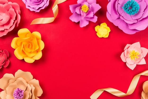 Fiori del mestiere di carta sulla tavola rossa