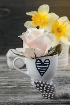 Fiori della primavera in vaso sulla tavola di legno