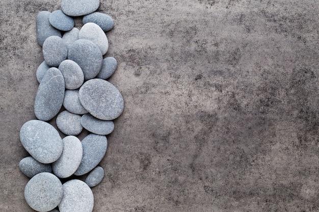 Fiori della stazione termale e pietra da massaggio