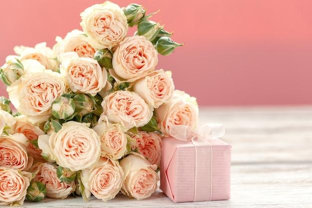 Fiori delle rose e fondo rosa di regalo o attuale della scatola.