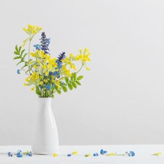 Fiori di campo colorati in vaso