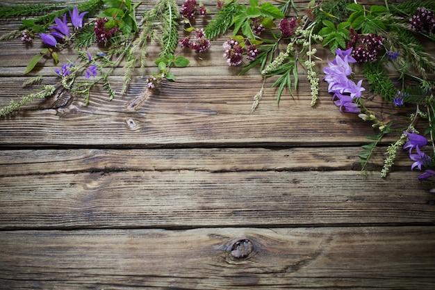 Fiori di campo su fondo in legno vecchio scuro
