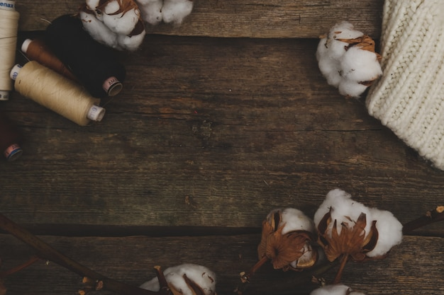Fiori di cotone sul tavolo di legno
